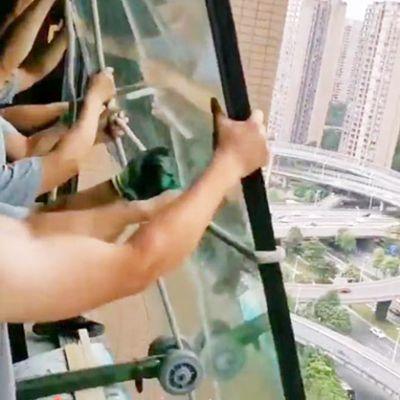大玻璃被单臂吊窗机提上楼层