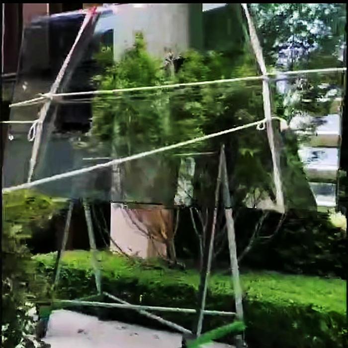 捆好玻璃提升中,引导绳清晰可见