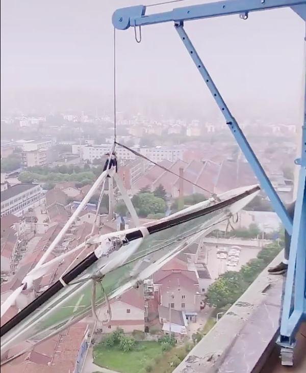 吊门窗的小型吊机吊装现场